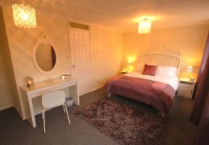 A bed or beds in a room at Cedar Court Central Cheltenham Town House