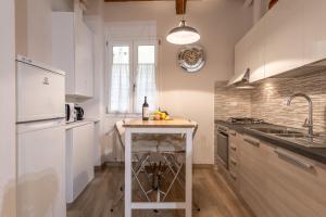 Een keuken of kitchenette bij Santa Croce Place