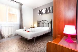 A bed or beds in a room at Apartamento Roger de Lluria