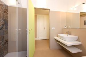 A bathroom at Magenta Cadorna Elegant Apartment