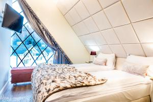 A bed or beds in a room at Norweska Dolina Luxury Resort
