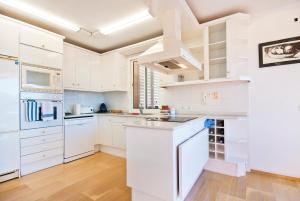 A kitchen or kitchenette at Beachfront penthouse La Victoria