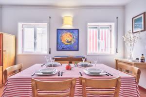 Um restaurante ou outro lugar para comer em Casa Do Bico