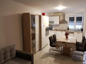 Kuhinja oz. manjša kuhinja v nastanitvi Tuljak