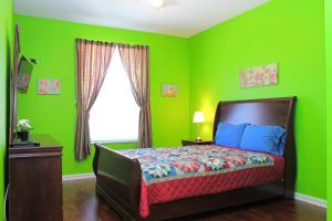 A bed or beds in a room at Green Condo at Windsor Palms Resort