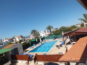 Вид на бассейн в Petsas Apartments или окрестностях