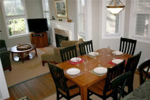 A restaurant or other place to eat at Coyote Cottage Four-Bedroom Home