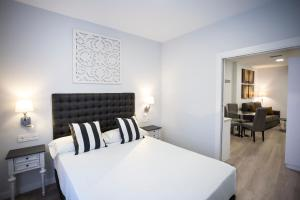 A bed or beds in a room at La Casa de la Trinidad Suites