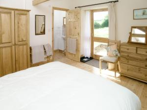 A bed or beds in a room at Peartree Cottage
