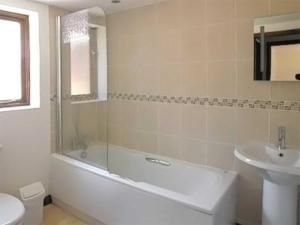 A bathroom at Rookery Farm Cottage