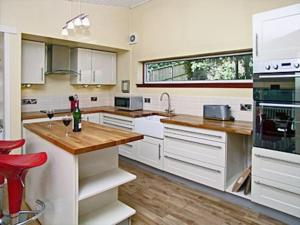 A kitchen or kitchenette at The Pines