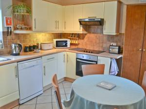 A kitchen or kitchenette at Woodclose Lodge