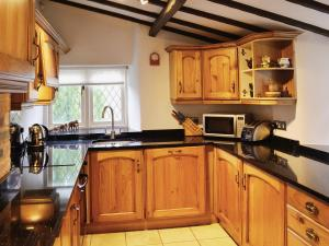 A kitchen or kitchenette at Lilac Cottage