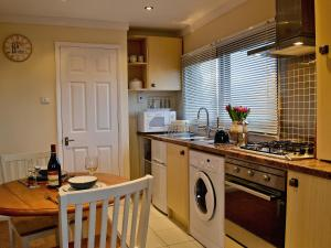 A kitchen or kitchenette at Little Meadow Cottage
