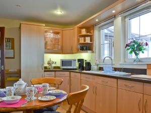A kitchen or kitchenette at Sea Brae Cottage