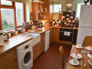 A kitchen or kitchenette at Newhaven