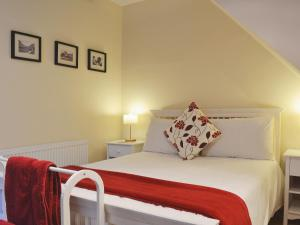 A bed or beds in a room at Castleview West