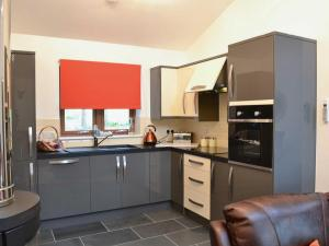 A kitchen or kitchenette at Cairn View