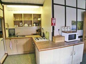 A kitchen or kitchenette at Caban Coed
