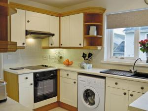 A kitchen or kitchenette at Kelpie