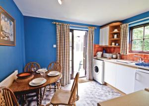 A kitchen or kitchenette at The Stables V