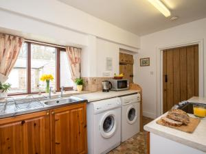 A kitchen or kitchenette at Dipper Cottage