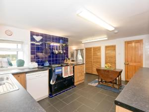 A kitchen or kitchenette at Castle Hill Cottage