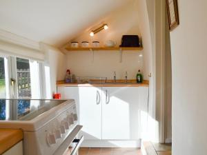 A kitchen or kitchenette at The Old Stables IV