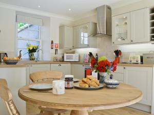 A kitchen or kitchenette at Curlew Cottage