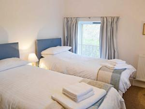 A bed or beds in a room at Oak Cottage