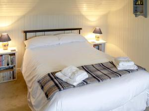 A bed or beds in a room at Woodside House