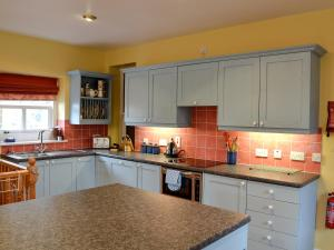A kitchen or kitchenette at Ford Cottage