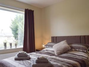 A bed or beds in a room at Henthorn Place