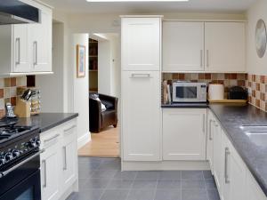 A kitchen or kitchenette at Eastnor Villa