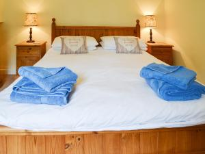 A bed or beds in a room at Keeper's Cottage