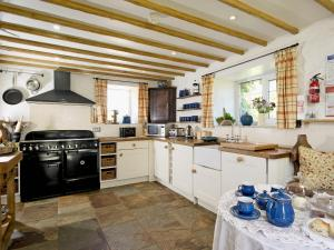 A kitchen or kitchenette at Limber View