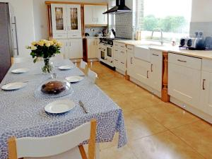 A kitchen or kitchenette at Eversfield