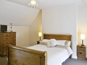 A bed or beds in a room at John Wesley Cottage