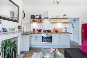 A kitchen or kitchenette at CDP Apartments–Mornington Crescent