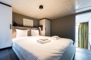 A bed or beds in a room at Short Stay Group Eastern Docklands Apartments
