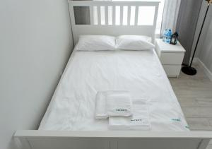 A bed or beds in a room at Apartamenty Proeko Polonia