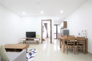 Smiley Apartment 11