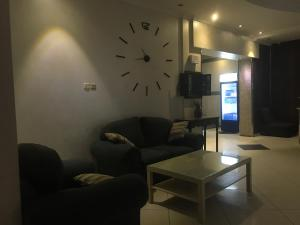 A seating area at Al Nasriah Al Oula Furnished Units-For Families