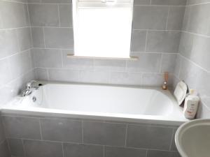 A bathroom at Cosy Cottage Kilkenny Ireland