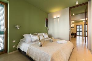 A bed or beds in a room at City and Beach Luxury Residence