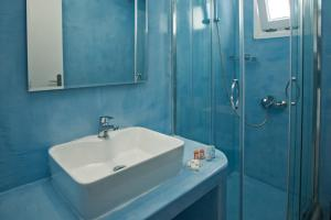 A bathroom at Corrado Caldera Apartments