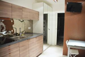A kitchen or kitchenette at Central, Modern and Elegant