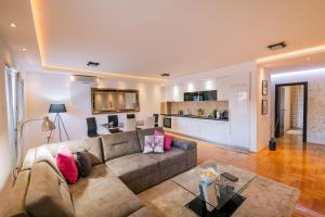 A seating area at Apartments Danigo