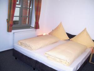 Ein Bett oder Betten in einem Zimmer der Unterkunft Ferienwohnungen Stiehl