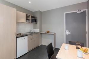 A kitchen or kitchenette at Waldorf Tetra Apartments